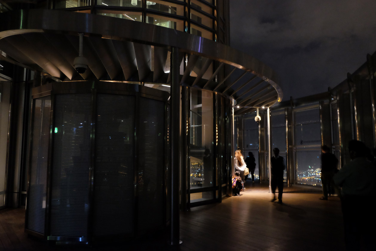 No crowds at the top of the Burj Khalifa when you're there before 6am