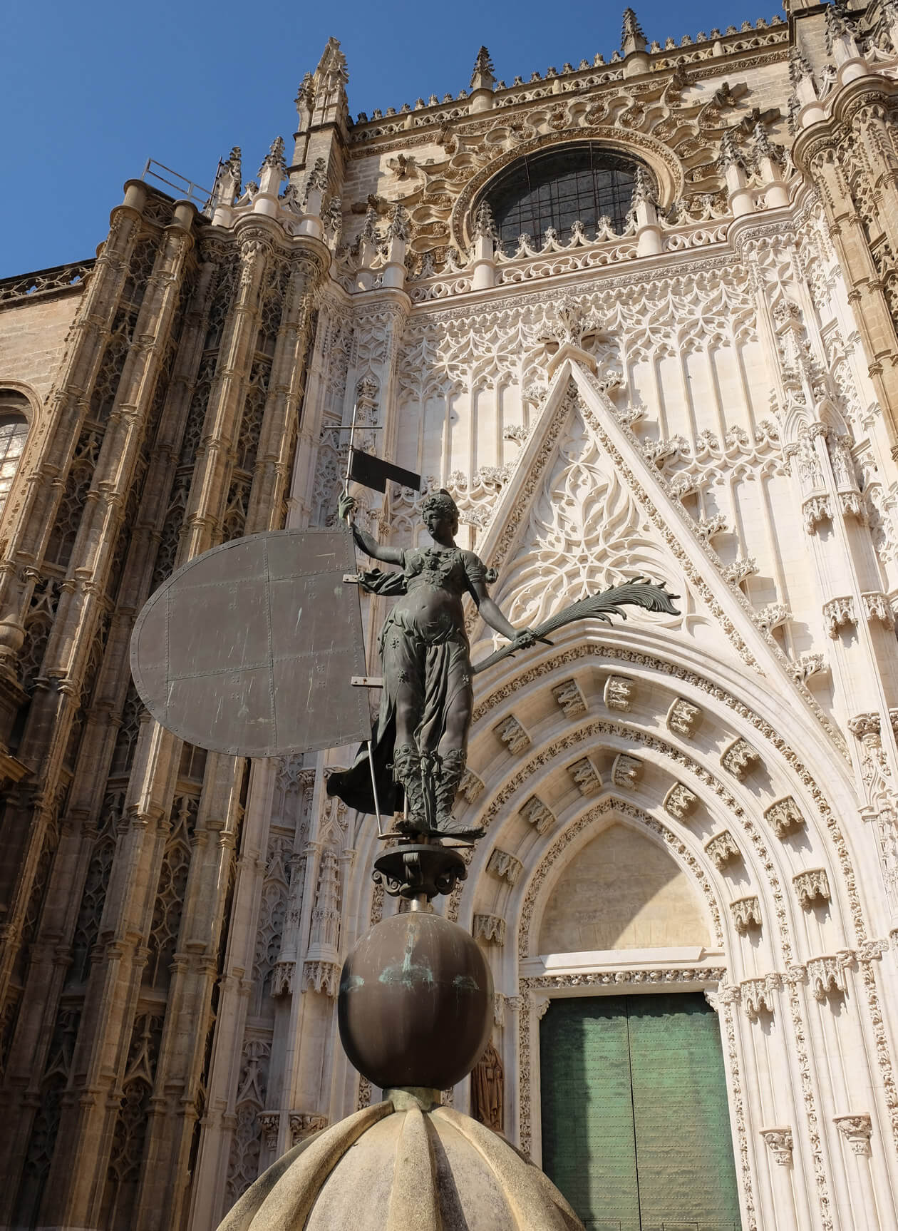 In front of the main visitor entrance you can see a replica of La Giralda's weathervane