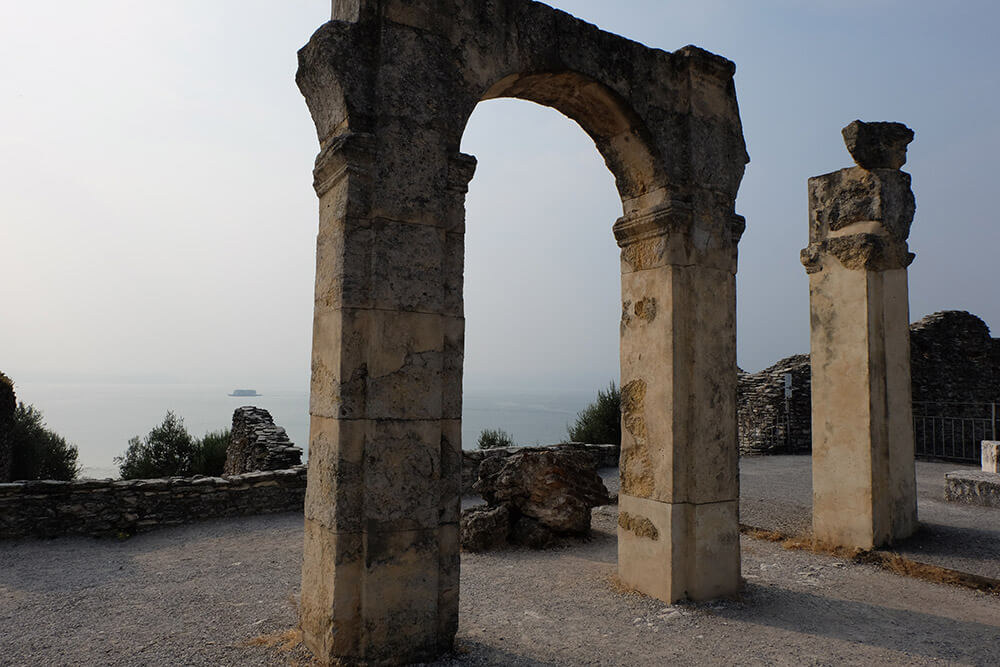 An arch at the Roman villa in Sirmione