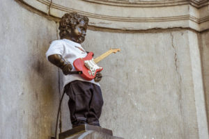 Manneken Pis wearing an outfit and guitar gifted by Hard Rock Café
