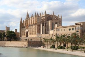 The enormous cathedral in Palma, Mallorca. Image by Nicole Pankalla from Pixabay.
