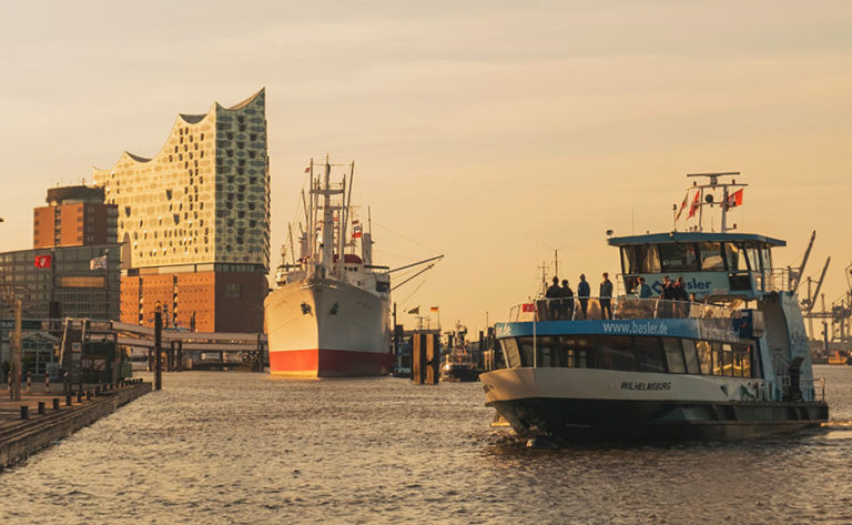 How to take a harbour tour in Hamburg by ferry