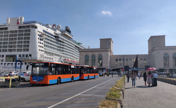 Airport buses outside the Stazione Marittima. The Molo Beverello fast ferry port is just to the right of this photo.